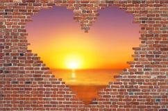 Fure o coração dentro da parede de tijolo, símbolo da forma do amor, parede de tijolo h Imagens de Stock Royalty Free