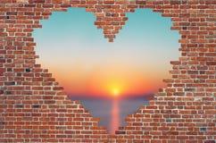 Fure o coração dentro da parede de tijolo, símbolo da forma do amor, parede de tijolo h Foto de Stock Royalty Free