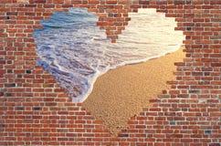 Fure o coração dentro da parede de tijolo, símbolo da forma do amor, parede de tijolo h Fotografia de Stock Royalty Free