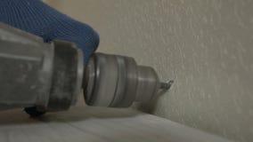 Fure um furo na parede e martela o passador video estoque