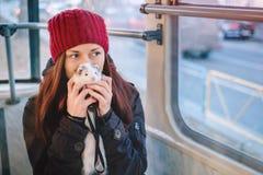 Furet courageux d'animal familier sur un tram de ville et son propriétaire Photos stock