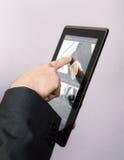 Furetage d'un site Web sur le PC de tablette photos stock
