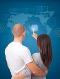 Furetage d'une carte virtuelle du monde d'écran tactile photo libre de droits