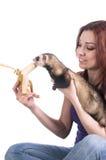 Furetto d'alimentazione della donna dai capelli rossi una banana Immagine Stock Libera da Diritti