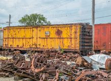 Furgón viejo abandonado en yarda del tren fotografía de archivo libre de regalías