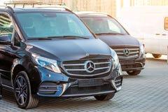 Furgoncino di lusso nero di Mercedes-Benz del furgone due La Russia, St Petersburg 14 aprile 2018 immagini stock libere da diritti