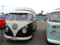 Furgone del trasportatore di due Volkswagen in Barranco, Lima Immagine Stock
