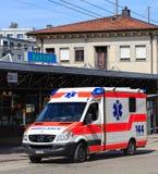 Furgone dell'ambulanza in Svizzera fotografia stock libera da diritti