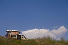 Furgone di campeggiatore sulla collina Fotografie Stock Libere da Diritti