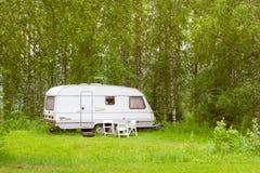 Furgone di campeggio su un prato verde Campeggio di Palvaanjarven, Lappeenra Fotografia Stock