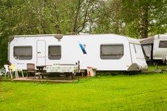 Furgone di campeggio su un prato verde Campeggio di Palvaanjarven, Lappeenra Fotografia Stock Libera da Diritti
