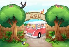 Furgone di guida della gente allo zoo Immagine Stock Libera da Diritti