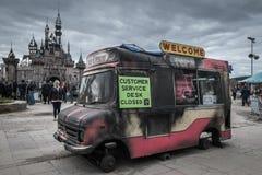 Furgone fuori bruciato del gelato al parco di Bemusement di Banksys Dismaland Fotografie Stock Libere da Diritti