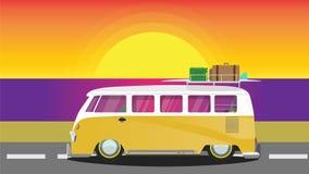Furgone giallo di hippy sul tramonto Fotografia Stock