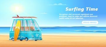 Furgone praticante il surfing la spiaggia sabbiosa, le onde del mare ed il giorno soleggiato della radura Progettazione dell'inse illustrazione di stock