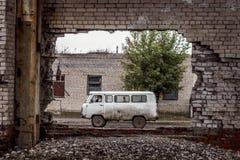 Furgone sovietico visto attraverso una costruzione abbandonata in Mongolia immagine stock libera da diritti
