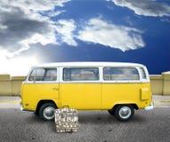 Furgoneta amarilla de la vendimia Foto de archivo