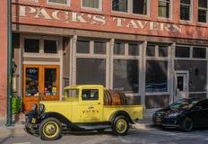 Furgoneta amarilla vieja de Ford imagen de archivo