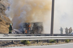 Furgoneta ardiente con el bombero 4 Foto de archivo libre de regalías