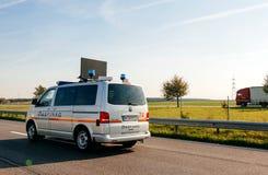 Furgoneta blanca de ASFINAG en el camino austríaco de la herramienta del autobahn Foto de archivo libre de regalías