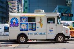 Furgoneta blanca del helado en una calle en New York City imagen de archivo
