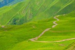 Furgoneta blanca en las montañas verdes Fotos de archivo