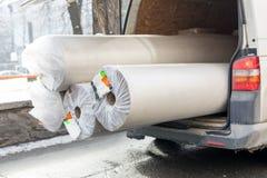 Furgoneta de entrega de la alfombra con el tronco abierto Transporte abultado grande del cargo Venta del alfombrado y concepto de imagenes de archivo