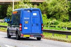 Furgoneta de la seguridad de la entrega del efectivo en la autopista de Reino Unido en el movimiento rápido imagen de archivo libre de regalías