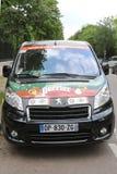 Furgoneta de Peugeot con el logotipo de Perrier en Le Stade Roland Garros en París Fotografía de archivo