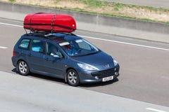 Furgoneta de Peugeot 307 con los kajaks Imagen de archivo
