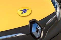 Furgoneta del amarillo de los posts de Renault La vista en ciudad Foto de archivo
