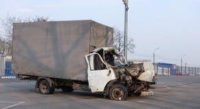 Furgoneta del cargo rota en un accidente de carretera Rusia Colisi?n frontal foto de archivo