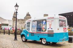 Furgoneta del helado del vintage en Albert Docks, Liverpool, Reino Unido imagenes de archivo