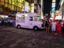 Furgoneta del helado en Times Square en la noche, rodeada por los turistas fotografía de archivo