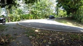 Furgoneta del vehículo que se levanta en el camino curvado de la cumbre almacen de video