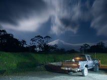 Furgoneta en claro de luna cerca del volcán de Arenal Foto de archivo libre de regalías