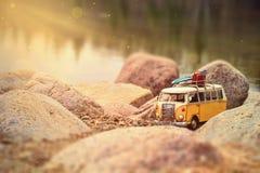 Furgoneta miniatura parqueada en la puesta del sol Imagen de archivo libre de regalías