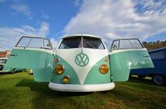 Furgoneta que acampa clásica del transportador de VW Foto de archivo libre de regalías