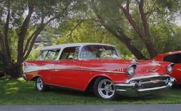 Furgoneta roja y blanca clásica restaurada de Chevrolet Fotos de archivo