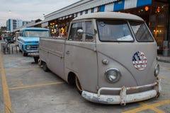 Furgoneta vieja de volkswagen del vintage en el mercado de la noche, camino de Srinakarin Imagenes de archivo