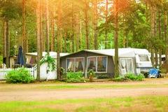 Furgoni e tende di campeggio in campeggio boscoso Hamina, Finlandia, Suom Fotografia Stock