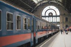 Furgony i pasażery przy główną stacją kolejową Budapest, Węgry Zdjęcie Stock