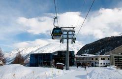 Furi skidar posterar i Zermatt skidar semesterorten Arkivbilder