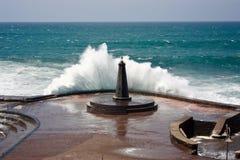 Furia del océano del faro fotos de archivo