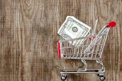 Furmani od pieniądze na drewnianym tle i sklepu spożywczego Detaliczny handel i reklama zdjęcia royalty free
