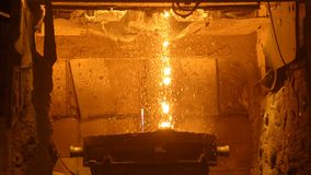 Furnance φυσήματος σε μεταλλουργικούς εγκαταστάσεις, έναν σίδηρο και μια χαλυβουργική εργασία απόθεμα βίντεο