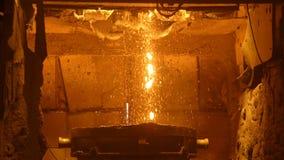 Furnance de la r?faga en los trabajos de una planta metal?rgica, de hierro y de acero almacen de video