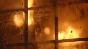 Furnance di scoppio dietro la finestra ingraticciata in una pianta metallurgica video d archivio