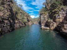 Furnas canyonadventure, Amerika, bakgrund, härligt som är blå, Brasilien, kanjon, erosion, ytterlighet, skog, geologi, gräsplan,  arkivbild