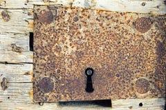 Furo chave do ferro antigo na porta de madeira Imagens de Stock Royalty Free